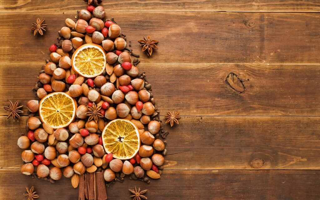 Food___Berries_and_fruits_and_nuts_Christmas_tree_nuts_and_fruit_105463_