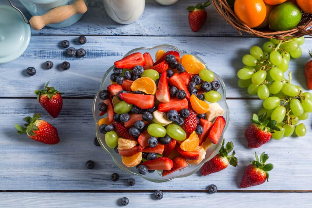 фрукты-и-ягоды-на-столе